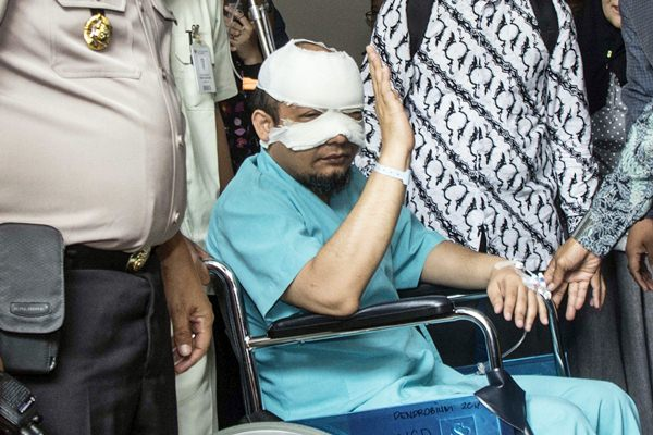 Penyidik Komisi Pemberantasan Korupsi (KPK) Novel Baswedan menyapa wartawan saat akan dirujuk ke rumah sakit khusus mata, di Jakarta, Selasa (11/4). - Antara/Aprillio Akbar