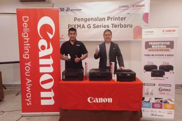 Senior Marketing Manager of Canon Consumer System Product Division pt. Datascrip, Marselinus Thjai (kanan) bersama rekannya mengenalkan lini Pixma Ink Efficient G/series di Semarang