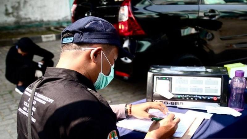Petugas menguji emisi kendaraan roda empat di halaman parkir GOR Senam DKI Jakarta, Buaran, Jakarta, Selasa (9/7/2019). - Antara
