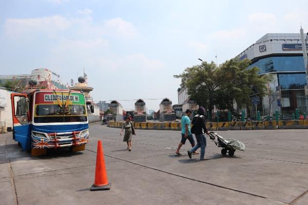 Metro Mini S69 rute Ciledug-Blok M menunggu penumpang di Terminal Blok M, Jakarta Selatan, Selasa (30/7/2019). Terminal yang dulu selalu dipenuhi penumpang dan bus berbagai rute pada setiap waktu itu, kini terlihat lebih lengang. - Bisnis/Feni Freycinetia Fitriani