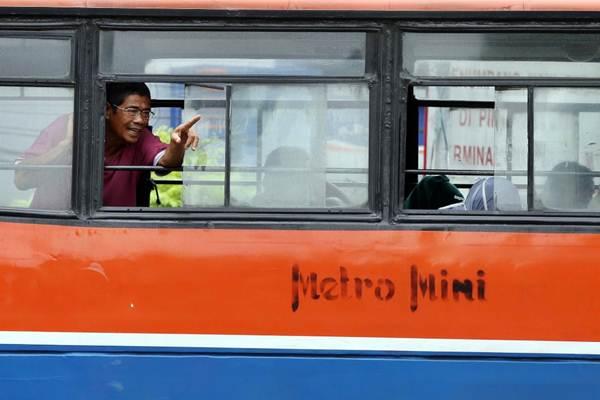 Penumpang berada di dalam bus Metromini yang menunggu penumpang di Jakarta, Selasa (13/3/2018). - JIBI/Abdullah Azzam