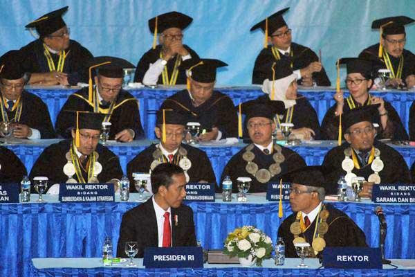 Presiden Joko Widodo (depan kiri) berbincang dengan Rektor IPB Herry Suhardiyanto (depan kanan) saat sidang terbuka di Grha Widya Wisuda, Kampus IPB, Dramaga, Kabupaten Bogor, Jawa Barat, Rabu (6/9). - ANTARA/Arif Firmansyah