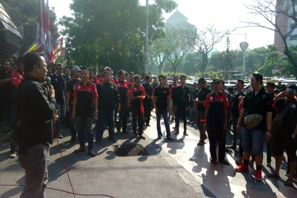 Pengemudi ojek online aksi demo di depan kantor Gubernur Jawa Tengah.
