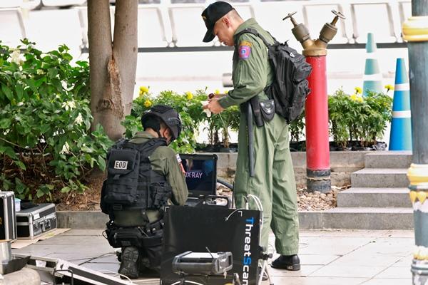 Petugas khusus bahan peledak memeriksa ledakan bom di Bangkok, Jumat (2/8/2019) - Reuters/Soe Zeya Tun