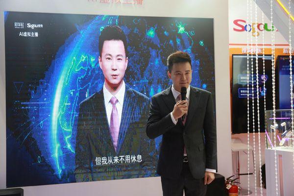Pembaca berita stasiun televisi Xinhua Qiu Hao berdiri di samping layar yang menampilkan pembaca berita virtual Artificial Intelligence (AI) yang didasarkan pada dirinya, di sebuah booth dalam pameran World Internet Conference (WIC) di Wuzhen, Zhejiang, China, Rabu (7/11/2018). - Qianlong.com/E.Xiaoying via Reuters