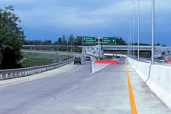 Uji coba kendaraan di ruas tol Pandaan-Malang, yang secara keseluruhan memiliki lima seksi. Tol Pandaan-Malang Seksi 1-3 sepanjang 30,6 kilometer (km) resmi beroperasi pada Senin (13/5/2019). - Bisnis/Kahfi