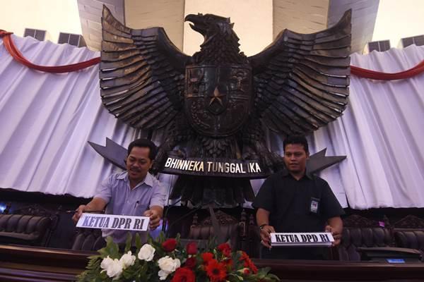 Sejumlah petugas mempersiapkan Gedung Nusantara menjelang sidang tahunan MPR, sidang bersama DPR- DPD, dan sidang paripurna DPR di Kompleks Parlemen, Jakarta, Kamis (13/8). - Antara