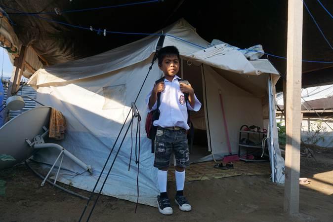 Ilustrasi-Seorang siswa baru bersiap menuju sekolah pada hari pertama masuk sekolah di Kamp Pengungsian Jono Oge, Kabupaten Sigi, Sulawesi Tengah, Senin (15/7/2019). - ANTARA/Mohamad Hamzah