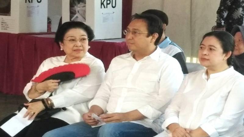 Megawati Soekarnoputri dengan kedua anaknya Prananda Prabowo dan Puan Maharani. - Antara