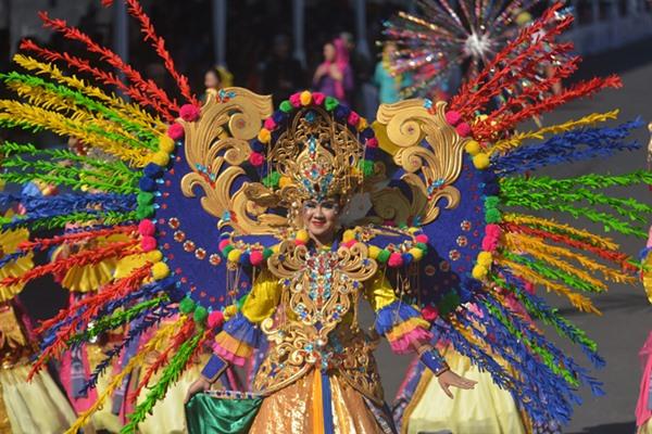 Peserta dari delegasi DKI Jakarta mengikuti Wonderful Artchipelago Carnival Indonesia (WACI) dalam rangkaian Jember Fashion Carnaval di Jember, Jawa Timur, Sabtu (3/8/2019). WACI 2019 diikuti oleh delapan kontingen merupakan karnaval yang diikuti sejumlah kabupaten/kota, provinsi di Indonesia. /Antara - Seno.