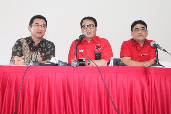 Wakil Sekjen Bidang Program Pemerintahan PDI Perjuangan Ahmad Basarah (tengah) bersama Wakil Bendahara DPP PDIP Rudianto Tjen (kiri) dan Ketua DPP PDIP Andreas Hugo Pareira (kanan) - Antara