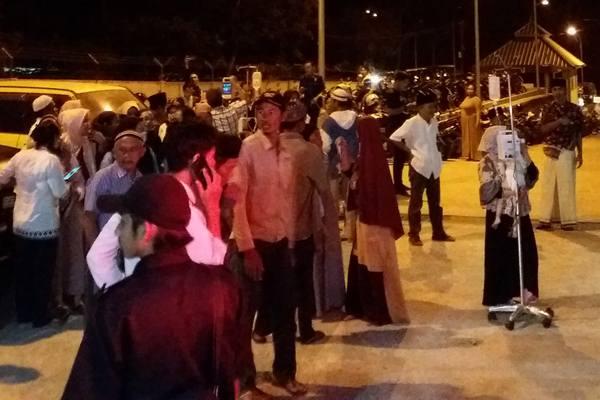Warga dan pasien berada di luar Rumah Sakit Malimping, Lebak, Banten, Jumat (2/8/2019). - Antara