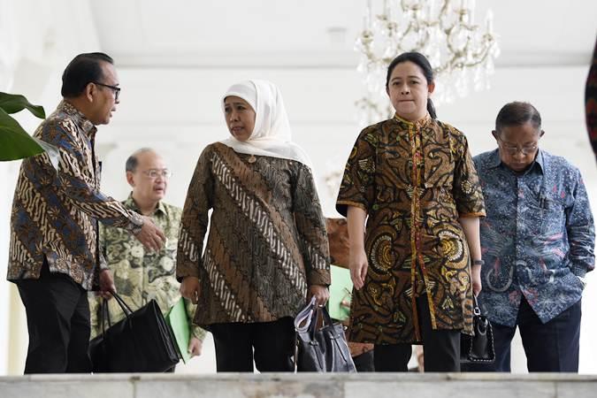 Mensesneg Pratikno (kiri) berbincang bersama Menko Perekonomian Darmin Nasution (kanan), Menko PMK Puan Maharani (kedua kanan) dan Gubernur Jawa Timur Khofifah Indar Parawansa (tengah) usai mengikuti rapat terbatas tentang percepatan pembangunan Jawa Timur di Istana Bogor, Jawa Barat, Selasa (9/7/2019). - ANTARA/Puspa Perwitasari