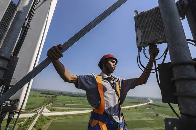 Teknisi memeriksa perangkat BTS (Base Transceiver Station) di dekat jalan tol Trans Jawa, Ngawi, Jawa Timur, Minggu (12/5/2019). - ANTARA/Nando