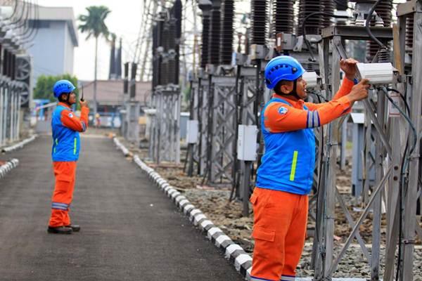 Karyawan memeriksa kesiapan alat untuk pasokan listrik pergelaran Asian Games 2018 di gardu induk Area Pelaksana Pemeliharaan (APP) Cawang, Jakarta, Selasa (10/7/2018). - JIBI/Nurul Hidayat