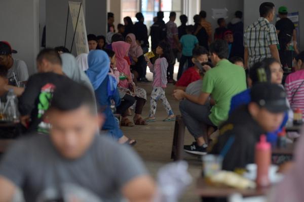 Pemudik menikmati fasilitas tempat istirahat atau rest area ruas Tol Batang-Semarang KM 379A Gringsing, Batang, Jawa Tengah, Jumat (31/5/2019). - ANTARA FOTO/Sigid Kurniawan