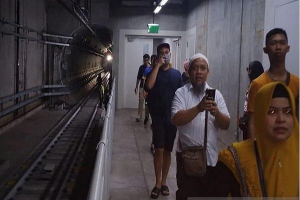 Sejumlah penumpang MRT dievakuasi saat jaringan listrik padam di Jakarta, Minggu (4/8/2019). Gangguan listrik yang melanda Ibu Kota berdampak pada terhentinya operasi MRT Jakarta. - Antara