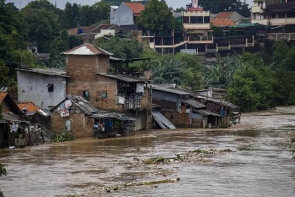 Suasana rumah warga di bantaran sungai Ciliwung yang terdampak banjir di Pejaten Timur, Pasar Minggu, Jakarta, Senin (5/2/2018). Banjir yang mencapai 2 meter dan merendam ratusan rumah warga tersebut akibat luapan air dari Sungai Ciliwung. - Antara/Galih Pradipta