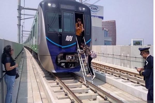 Penumpang turun dari kereta MRT saat dievakuasi di Jakarta, Minggu (4/8/2019). Gangguan listrik yang melanda Ibu Kota berdampak pada terhentinya operasi MRT Jakarta. - Antara