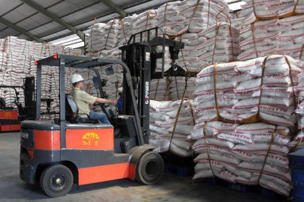 Alat khusus pengangkat mengatur tumpukan karung berisi gula rafinasi di salah satu pabrik di Makassar, Sulsel, beberapa waktu lalu. - Bisnis/Paulus Tandi Bone