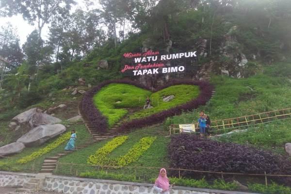 Pengunjung berfoto di salah satu spot foto di wana wisata Watu Rumpuk, Desa Mendak, Kecamatan Dagangan, Kabupaten Madiun, Jumat (18/1 - 2019). (Madiunpos.com/Abdul Jalil)
