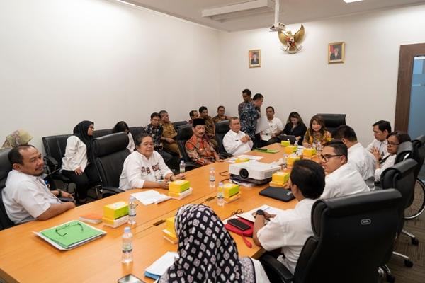 Rapat Koordinasi membahas penerimaan CPNS drg. Romi Syofpa Ismael di Kantor Staf Presiden, 5 Agustus 2019. Pemimpin rapat, Jaleswari Pramodhawardani (Baju Batik ujung meja), di sebelah kanan berbaju putih Wakil GUbernur Sumatera Barat, Nasrul Abit. Sebelah kanan Wagub, Bupati Solok Selatan (berbaju batik), Muzni Zakaria. - Kantor Staf Presiden