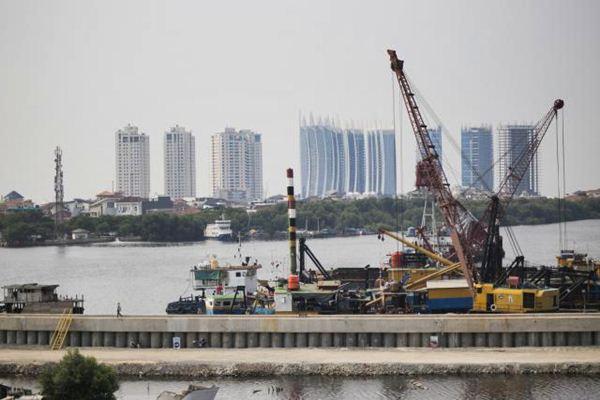 Suasana di proyek pembangunan tanggul laut di Muara Baru, Jakarta Utara, Selasa (31/10). - JIBI/Felix Jody Kinarwan