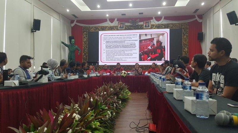 Sekretaris Jenderal PDI Perjuangan (PDIP) Hasto Kristiyanto bersama sejumlah kepala daerah dari partainya dan pengamat politik Hanta Yuda berbicara soal peluang PDIP dalam Pemilihan Kepala Daerah (Pilkada) 2020, di Jakarta, Senin (5/8/2019). - Bisnis/Lalu Rahadian