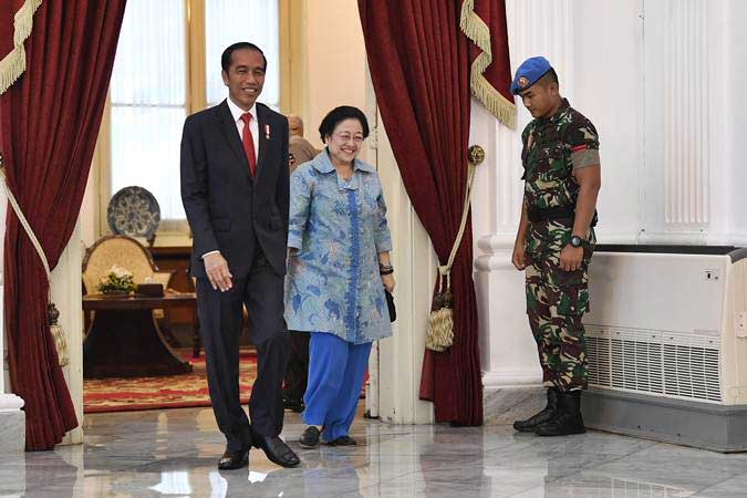 Presiden Joko Widodo (kiri), Ketua Dewan Pengarah Badan Pembinaan Ideologi Pancasila (BPIP) Megawati Soekarnoputri (kedua kanan), berjalan bersama usai pertemuan tertutup di Istana Merdeka, Jakarta, Selasa (21/5/19). - ANTARA/Puspa Perwitasari