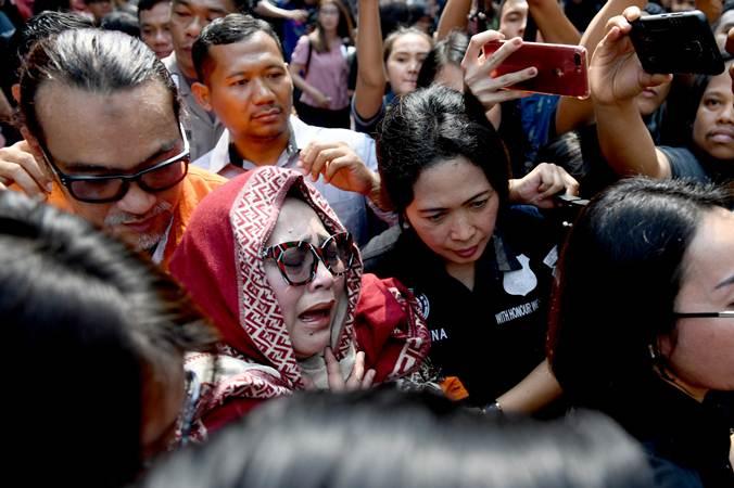 Tersangka kasus penyalahgunaan narkoba Tri Retno Prayudati alias Nunung (depan) dan July Jan Sambiran (belakang) menangis saat rilis kasus di Mapolda Metro Jaya, Jakarta, Senin (22/7/2019). - ANTARA/Akbar Nugroho Gumay