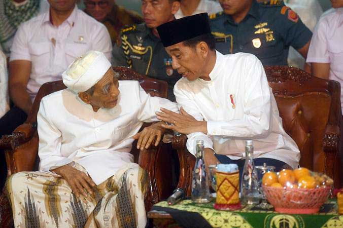 Presiden Joko Widodo (kanan) saat berbincang dengan Pimpinan Pondok Pesantren Al-Anwar Sarang Maimoen Zubair saat menghadiri cara Sarang Berzikir Untuk Indonesia Maju, di Rembang, Jawa Tengah, Jumat (1/2/2019). - ANTARA/Akbar Nugroho Gumay