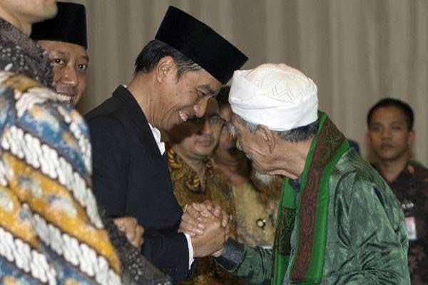 Presiden Joko Widodo (kiri) bersalaman dengan Ketua Majelis Syariah PPP Maimun Zubair dalam penutupan Musyawarah Kerja Nasional (Mukernas) II Bimtek Anggota DPRD Partai Persatuan Pembangunan di kawasan Ancol, Jakarta, Jumat (21/7). - ANTARA/Rosa Panggabean