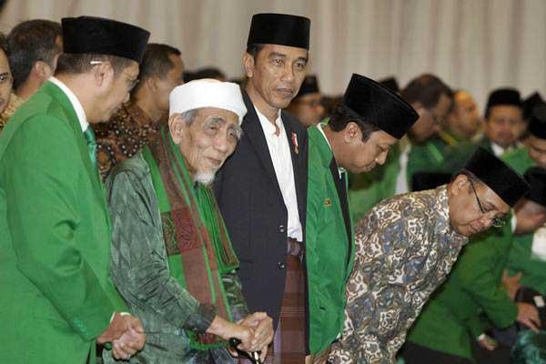 Presiden Joko Widodo (ketiga kiri) bersama Ketua Majelis Syariah PPP Maimun Zubair (kedua kiri), Ketua Majelis Pakar PPP Lukman Hakim Saifuddin (kiri), dan Ketum PPP Romahurmuziy (keempat kiri) saat mengikuti rangkaian acara penutupan Musyawarah Kerja Nasional (Mukernas) II Bimtek Anggota DPRD Partai Persatuan Pembangunan, di kawasan Ancol, Jakarta, Jumat (21/7). - ANTARA/Rosa Panggabean