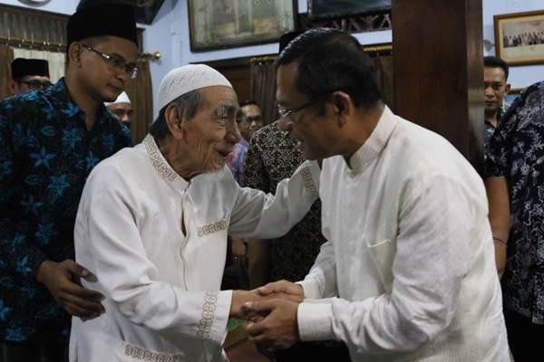KH. Maimun Zubair (Mbah Moen) saat bersama Saleh Husin - Istimewa