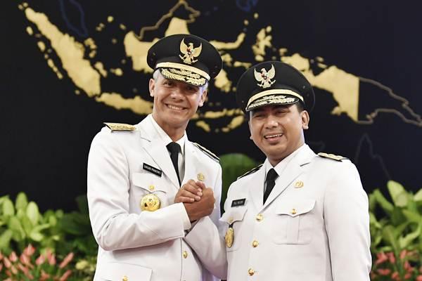 Gubernur Jawa Tengah Ganjar Pranowo (kiri) bersama Wakil Gubernur Taj Yasin Maimoen melakukan salam komando usai pelantikan di Istana Negara, Jakarta, Rabu (5/9/2018). - ANTARA/Puspa Perwitasari