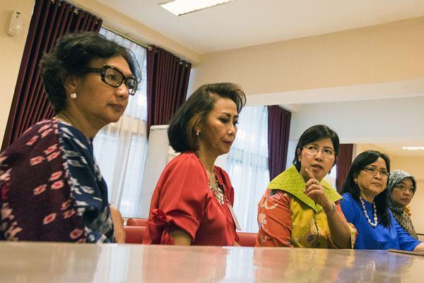 Ketua Pansel Pimpinan KPK Destry Damayanti (tengah) bersama empat anggota Pansel Natalia Subagyo (kiri), Yenti Garnasih (kedua kiri), Supra Wimbarti (kedua kanan) dan Diani Sadiawati (kanan) memberikan keterangan pers di sela proses seleksi tahap ketiga. - Antara/M. Agung Rajasa