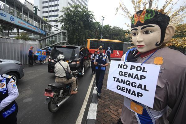 Sejumlah petugas Dinas Perhubungan DKI Jakarta melakukan sosialisasi kembali kawasan ganjil-genap di kawasan Bundaran HI, Jakarta, Senin (8/8). - Antara