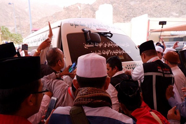 Jenazah KH Maimoen Zubair dimasukkan ke ambulance setelah dikeluarkan dari RS Al Noor, Mekkah, Selasa pagi (6/8/2019) sekitar pukul 7.18 waktu setempat menuju tempat pemandian jenazah dan akan disemayamkan di Kantor Urusan Haji Daker Syisyah, Mekkah. Mbah Moen juga rencananya akan disalatkan di Masjidil Haram kemudian dimakamkan di Kota Mekkah. - Antara