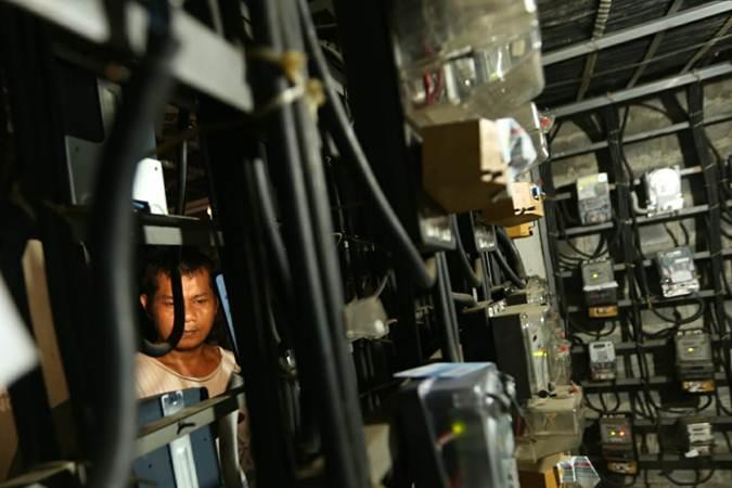 Pelanggan memeriksa jaringan listrik PLN di salah satu Rusun di Jakarta, Selasa (11/6/2019). - Bisnis/Nurul Hidayat