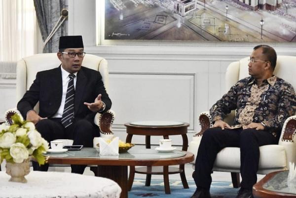 Gubernur Jawa Barat Ridwan Kamil menerima tim penilai Tim Percepatan Akses Keuangan Daerah (TPAKD) Award 2019 di Gedung Pakuan, Kota Bandung - Bisnis/Wisnu Wage
