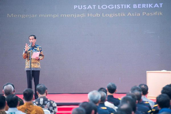 Presiden Joko Widodo menyampaikan sambutan sebelum meresmikan secara simbolis 11 Pusat Logistik Berikat (PLB) di Indonesia di Kawasan Industri Krida Bahari, Cakung, Jakarta Utara, Kamis (10/3/2016). - Antara/Widodo S. Jusuf
