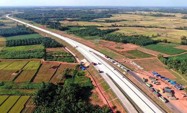 Sejumlah truk berada di rest area KM 116 jalan tol Bakauheni-Terbanggi Besar, Lampung - Bisnis/Abdullah Azzam