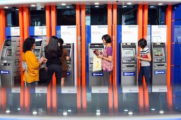Nasabah melakukan transaksi perbankan melalui anjungan tunai manditi PT Bank Rakyat Indonesia Tbk (BRI) di Jakarta. - JIBI/Dedi Gunawan