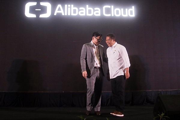 Menteri Komunikasi dan Informatika Rudiantara (kanan) berbincang dengan Alibaba Cloud General Manager of Singapore and Indonesia Leon Chen, di sela-sela acara Hello Indonesia 2019, di Jakarta, Rabu (9/1/2019). - Bisnis/Felix Jody Kinarwan
