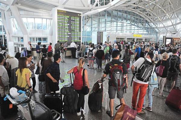 Suasana terminal penumpang Bandara Internasional I Gusti Ngurah Rai di Bali. - Reuters