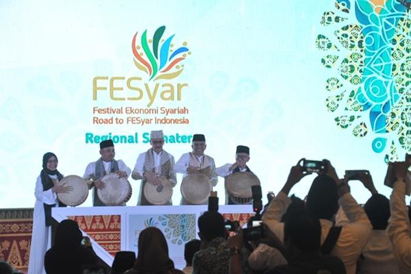 Pembukaan Festival Ekonomi Syariah (FESyar) di Ballroom Hotel Aryaduta Palembang, Sumatera Selatan, Jumat (2/8/2019). - ANTARA FOTO/Feny Selly
