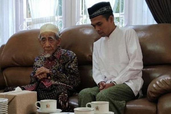 Syeik Abdul Somad bersama K.H. Maimoen Zubair alias Mbah Moen. (Instagram/Ustad Abdul Somad)