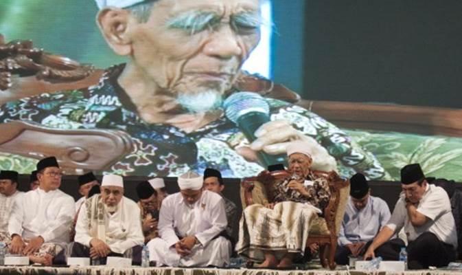 Menteri Koordinator Bidang Kemaritiman Luhut Binsar Panjaitan (kedua kanan), Menteri Agama Lukman Hakim Saifuddin (kedua kiri), KH Maimun Zubair (ketiga kanan) dan Gubernur Jawa Tengah Ganjar Pranowo (kedua kanan) saat hadir dalam Haul Gus Dur ke-9 di kediaman Gus Dur di Jalan Warung Sila, Ciganjur, Jakarta, Jumat (21/12/2018). Kiai karismatik KH Maimun Zubair atau yang akrab disapa Mbah Moen wafat di Mekah pada hari Selasa (6/8/2019) dalam usia 90 tahun saat sedang menjalankan ibadah haji. - ANTARA/ARSI