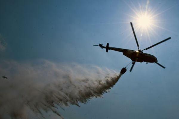 Ilustrasi pengeboman air memakai helikopter. - Antara