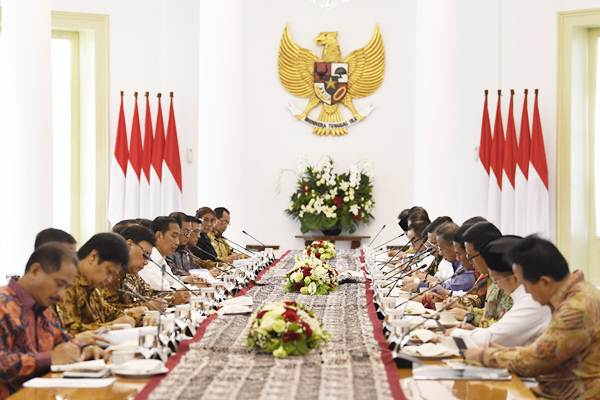 Presiden Joko Widodo (tengah kiri) menyampaikan arahan pada rapat terbatas tentang Pembangunan SDM untuk Akselerasi Pertumbuhan Ekonomi di Istana Bogor, Jawa Barat, Rabu (21/11/2018). - ANTARA/Puspa Perwitasari